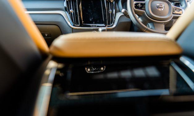 【Volvo New V60】インテリアの色は何がいい?-アンバー(キャラメル色)編-