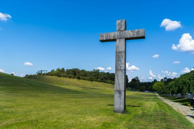【世界遺産】スウェーデン・ストックホルムの「森の墓地」の聖なるクロス(十字架)と火葬場