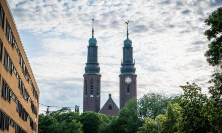 ストックホルムの街にそびえ立つ双塔の正体