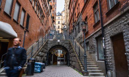 まるで要塞のようなストックホルムの通りと黄金のトンネル